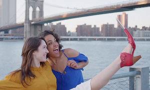 """Fantastic! Gata cu bagheta magica pentru selfie! Acum pantoful """"selfie"""" e la moda"""