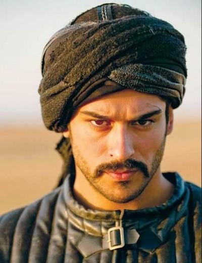 """Iti mai aduci aminte de Boierul Malkoçoğlu din """"Suleyman Magnificul""""? Uite cat de mult s-a schimbat actorul Burak Ozcivit! Atunci era """"pistol cu apa"""", fata de cum arata acum"""