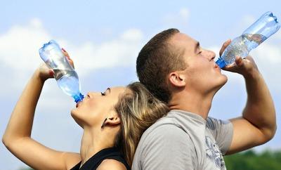 De ce faci indigestie atunci cand bei apa din picioare