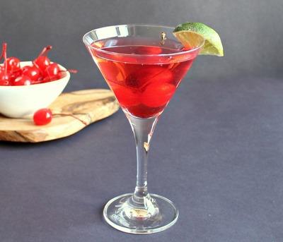 Impresioneaza-ti prietenele cu abilitatile tale de bartender! Prepara-le un Cosmopolitan delicios