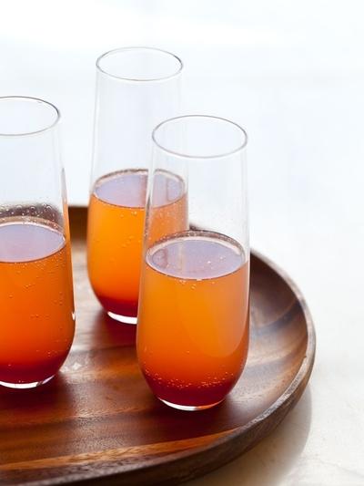 Trebuie sa incerci aceasta bautura chiar de ziua ta: Punch de sampanie cu suc de portocala rosie si condimente