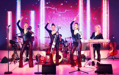 Ce elegante si sexy sunt! Fetele de la Amadeus schimba patru tinute in noul lor show!