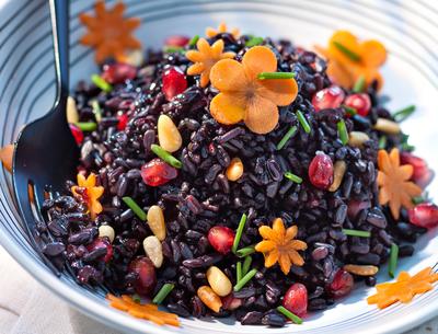 Reteta de post: Salata de orez negru cu muguri de pin