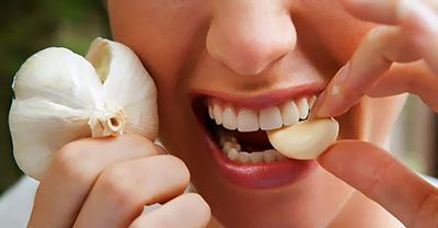 Ai mancat usturoi sau ceapa? Vezi cum scapi de miros!