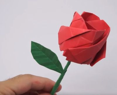 VIDEO! Cum sa faci cel mai frumos trandafir din hartie!