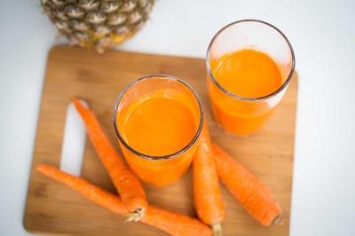 A consumat opt luni suc de morcovi in fiecare zi si i s-a intamplat un lucru uimitor. Povestea sa a devenit virala