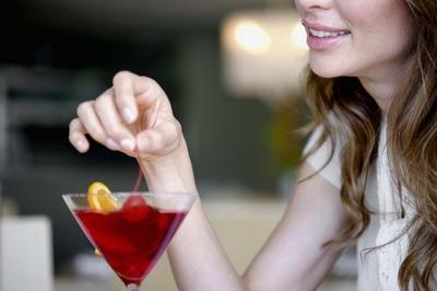STUDIU: Femeile educate consuma mai mult alcool