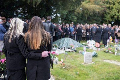 Sute de oameni au participat la inmormantarea unei fetite necunoscute a carei poveste i-a emotionat