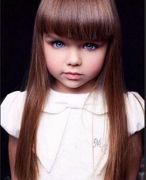 Asemanarea izbitoare dintre fiica Antoniei si cea mai frumoasa fetita din lume! Micutele sunt absolut superbe!