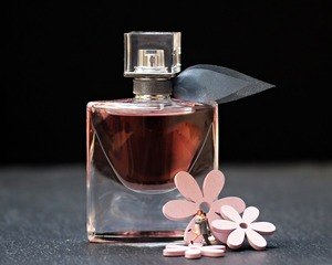 Cum faci mirosul de parfum sa reziste mai mult timp pe piele: trucuri dezvaluite de parfumieri