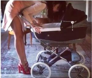 Ce carucior de fite are Madalina Ghenea pentru fetita ei! Proaspata mamica arata senzational la mai putin de o luna de cand a nascut!