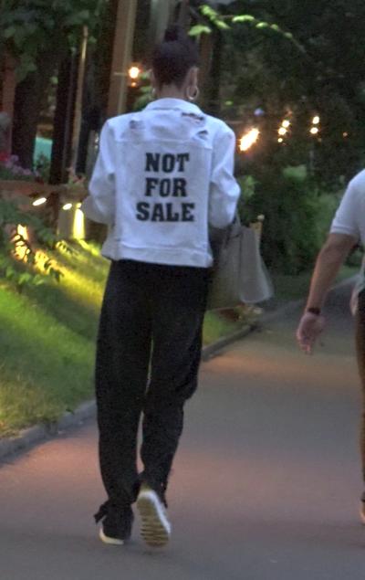 Geanina Ilies poarta jachete cu mesaje sugestive ca sa tina barbatii la distanta! VIDEO