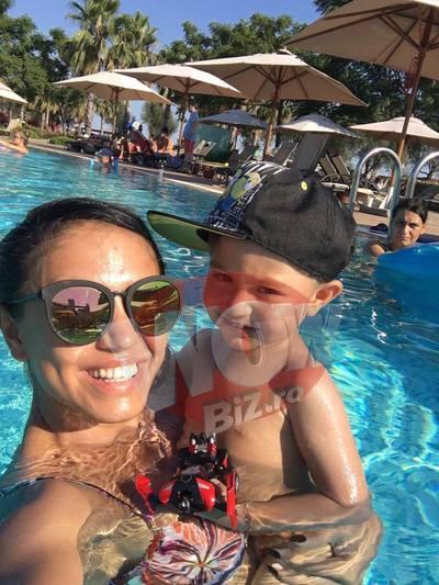 Andreea Mantea, vacanta de fite la mare, in Turcia! Iata in ce lux se relaxeaza frumoasa vedeta Kanal D, alaturi de fiul ei, David! |