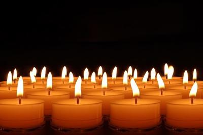 De ce se duc la mort două lumânări şi număr par de flori!