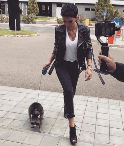 """Adelina Pestritu le-a raspuns persoanelor care o critica pentru ca a adoptat un raton: """"Pana sa arunci cu jigniri, ar trebui sa te scuturi putin din umeri"""""""