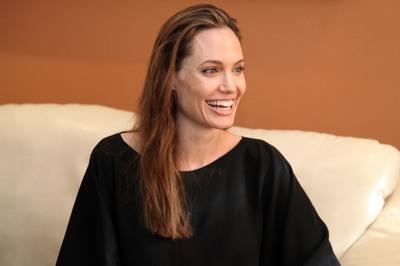 Angelina Jolie a ajuns sa cantareasca mai putin decat fiica ei de 11 ani!