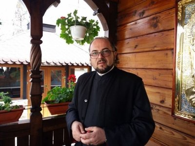 Acesta este preotul care nu cere bani la inmormantari si se imprumuta la banca pentru a-i ajuta pe saraci