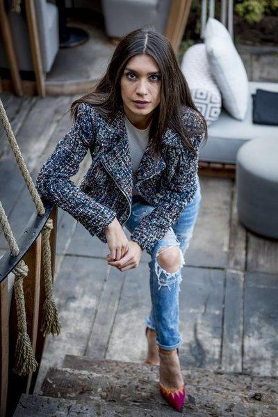 """Burcu Kiratli, Mavi din serialul """"Dragoste si ura"""", fana declarata a pantofilor Christian Louboutin"""