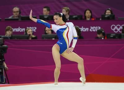 """Fosta mare gimnasta Catalina Ponor a pozat in zeita! """"Am primit provocarea de a ma tranforma intr-un personaj!"""""""