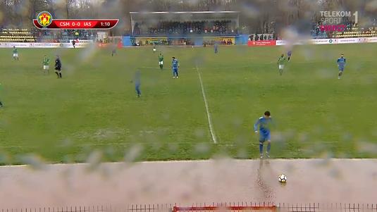 VIDEO   Teren impracticabil la Slobozia. Jucătorii sunt nevoiţi să înoate ca să repună mingea în teren!
