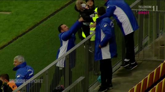 VIDEO   Imagini incredibile din Liga I. Copilul lui Bud, aruncat peste gard ca un sac de cartofi