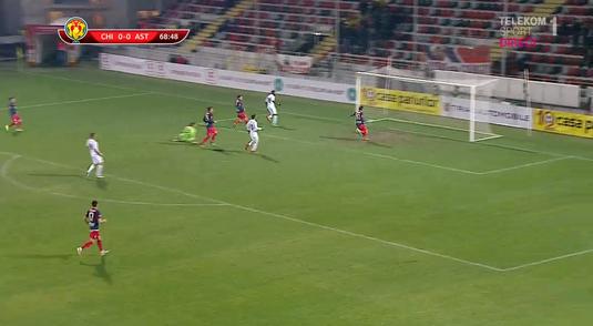 VIDEO | Golul era ca şi făcut, dar fundaşul a scos mingea de pe linia porţii. Cu un preţ imens... şi-a prins genunchiul sub el!