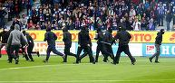 VIDEO | Haos în Germania! Fanii au invadat terenul înainte de startul meciului