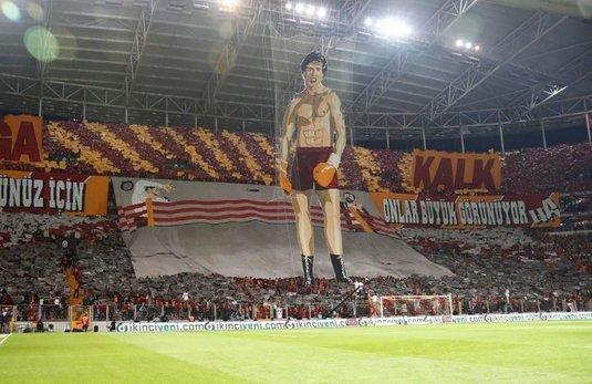 VIDEO | Coregrafie FABULOASĂ în derby-ul dintre Galatasaray şi Fenerbahce! Gazdele l-au adus în peluză pe Rocky Balboa