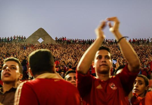 """Caz incredibil în Egipt! 28 de suporteri ai clubului Al Ahly, condamnaţi la închisoare pentru că au purtat tricouri """"ilegale""""!"""