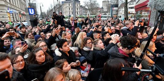 FOTO   Un super fotbalist şi-a deschis ŞAORMERIE! Peste 1.000 de oameni au venit să-l vadă cum pregăteşte Kebap-urile