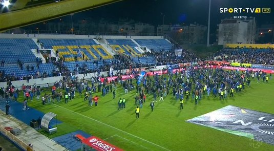 Galerie FOTO | Momente de panică la meciul Estoril - Porto! Spectatorii au fost evacuaţi de urgenţă la pauză! Crăpături în structura de rezistenţă a unei peluze