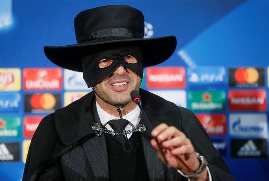 """Fonseca a apărut la conferinţa de presă purtând pălăria, masca şi pelerina lui Zorro! """"Nu am simţit niciodată o bucurie mai mare"""""""