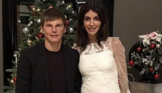 Soţia lui Andrey Arshavin a fost dată jos din avion şi dusă la poliţie. Ce s-a întâmplat