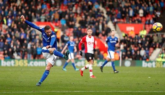 VIDEO | Gol senzaţional reuşit de Sigurdsson în Southampton - Everton. Mingea loveşte de trei ori barele porţii înainte să intre în plasă
