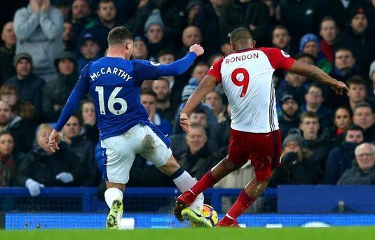 FOTO | Imagini ŞOCANTE din Premier League! Un fotbalist de la Everton şi-a rupt piciorul! Omul care l-a accidentat a început să plângă pe teren