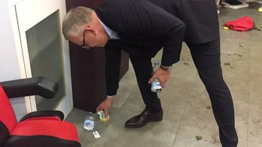 Imaginea săptămânii! Selecţionerul Suediei a strâns gunoiul după jucătorii săi, în vestiarul de pe San Siro