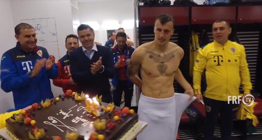 VIDEO   Chiricheş, sărbătorit în vestiarul naţionalei. A primit tortul chiar când ieşea de la duş :)