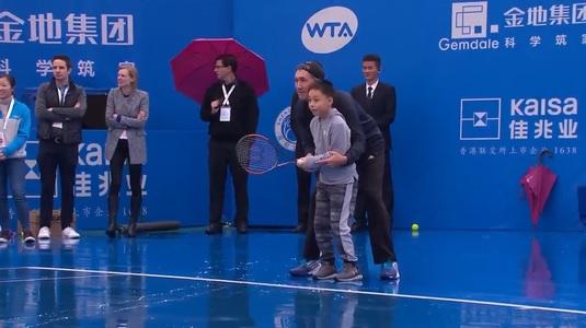 VIDEO   Finala Halep - Siniakova a fost amânată din cauza ploii, dar Simona a scos la joc un copil din tribune