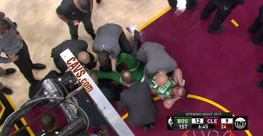 VIDEO   Accidentare ŞOCANTĂ în NBA! Şi-a fracturat glezna şi a fost dus direct la spital