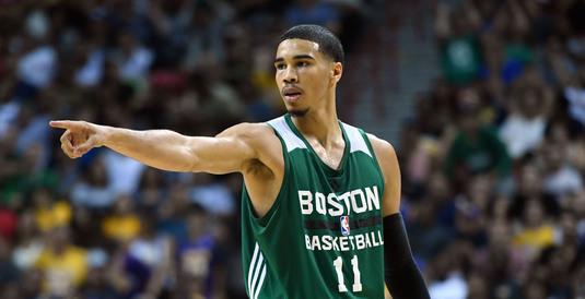 VIDEO | Slam dunk cu orice preţ. Un jucător de la Celtics a sărit peste toată lumea ca să marcheze