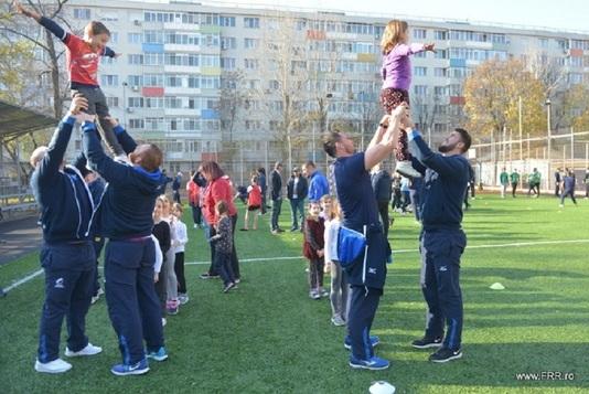 Naţionala de rugby a predat o lecţie inedită de sport la Şcoala Gimnazială Sfântul Nicolae