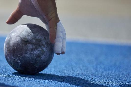 Un arbitru a murit la un concurs de atletism, după ce bila de la aruncarea greutăţii l-a lovit în piept