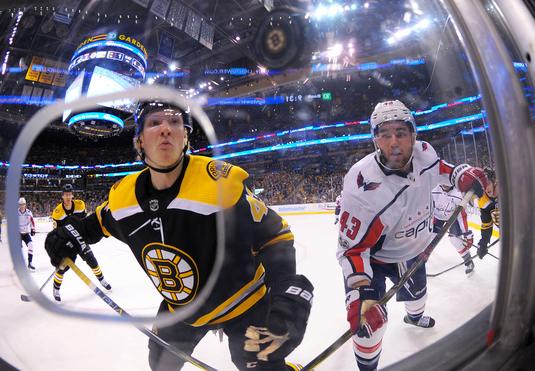 Cele mai bune echipe din divizia Metropolitan a NHL au oferit un meci extrem de spectaculos, cu multe goluri şi răsturnări de situaţie