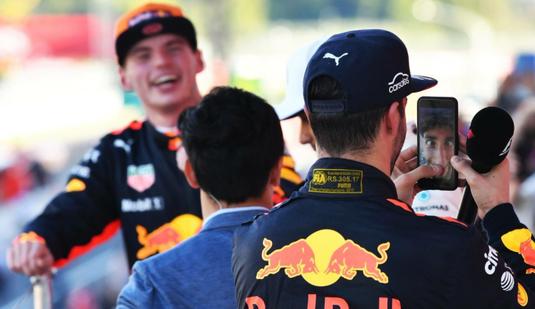 VIDEO | Ricciardo i-a furat telefonul lui Hamilton după cursa din Japonia. Ce a urmat apoi, i-a făcut pe toţi să râdă!