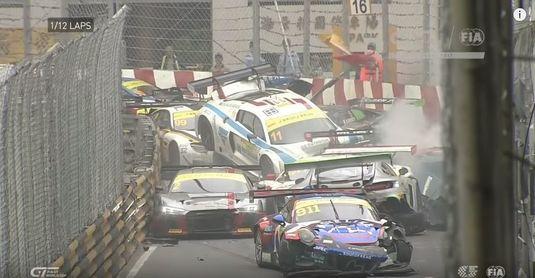 VIDEO   Accident incredibil în FIA GT World Cup, cu peste 15 maşini implicate