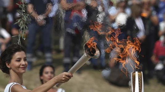 """Torţa olimpică a fost aprinsă de la o """"flacără de rezervă"""""""