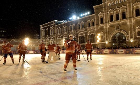 VIDEO | Putin a jucat hochei pe gheaţă în Piaţa Roşie alături de vedete ale acestui sport