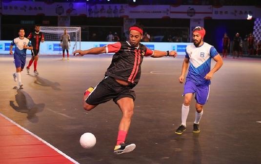 VIDEO | Ronaldinho, fază GENIALĂ în India! Cum s-a distrat cu portarul advers