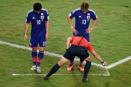 Un brazilian spune că este inventatorul sprayului folosit de arbitri la meciuri şi cere o avere de la FIFA!