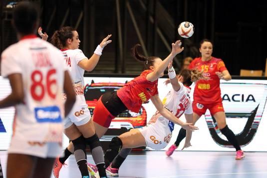 România mai are două teste în Grupa A: joi cu Angola şi vineri cu Franţa. Fetele luptă să-şi păstreze poziţia de lider, pentru a primi un adversar cât mai accesibil în optimi